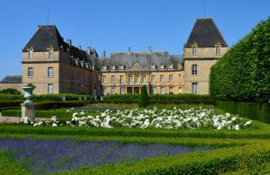 bourgogne-Chateau-dree-basse-cour